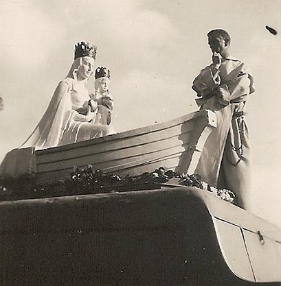 Départ de la statue accompagnée par un missionnaire (archive Kronos)