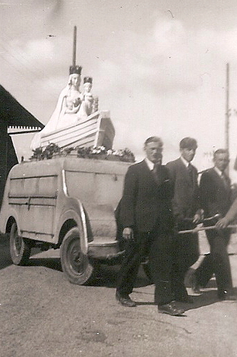 La statue sur son chariot (archive Kronos)