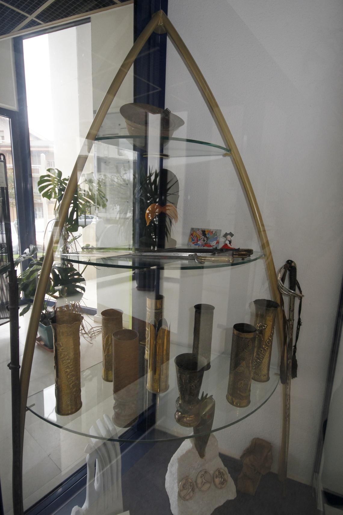Les poilus créent de véritables ateliers dans lesquels ils transforment obus, balles ou grenades en objets du quotidien. Ici, des obus gravés, martelés deviennent des vases qui devraient recevoir les fleurs de la paix.