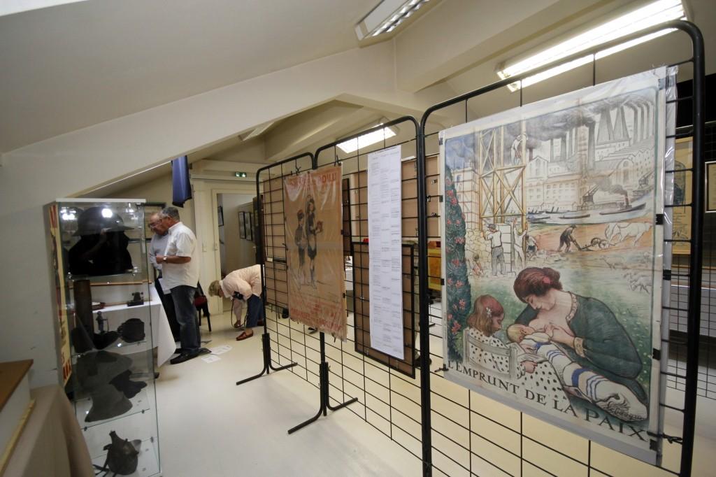 De nombreuses affiches sont présentées dans la partie centrale de la salle.