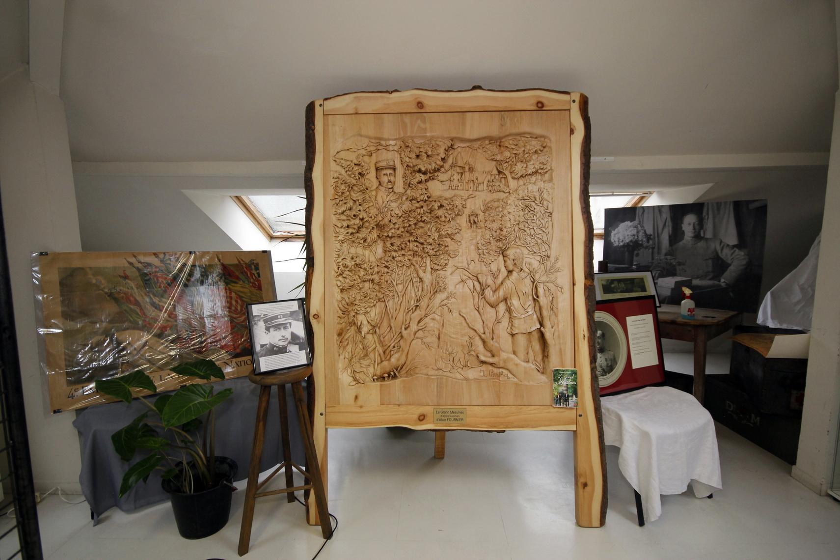 La sculpture évoque Alain Fournier, dont le portrait en haut et à gauche surplombe les héros de son célèbre roman. Comme le caporal Peugeot, l'écrivain fait partie de ces jeunes hommes qui tombèrent dès le début de la guerre