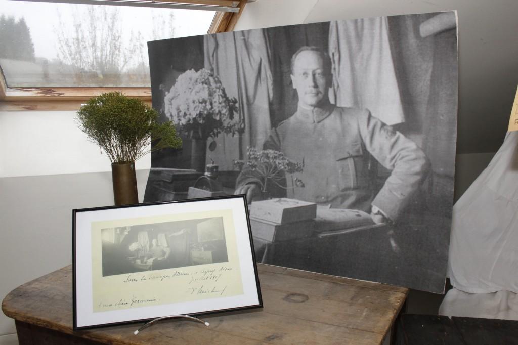 Le docteur Félix Michaud. L'intérieur de sa cagna a été reconstitué à partir d'une photographie fournie par la famille.