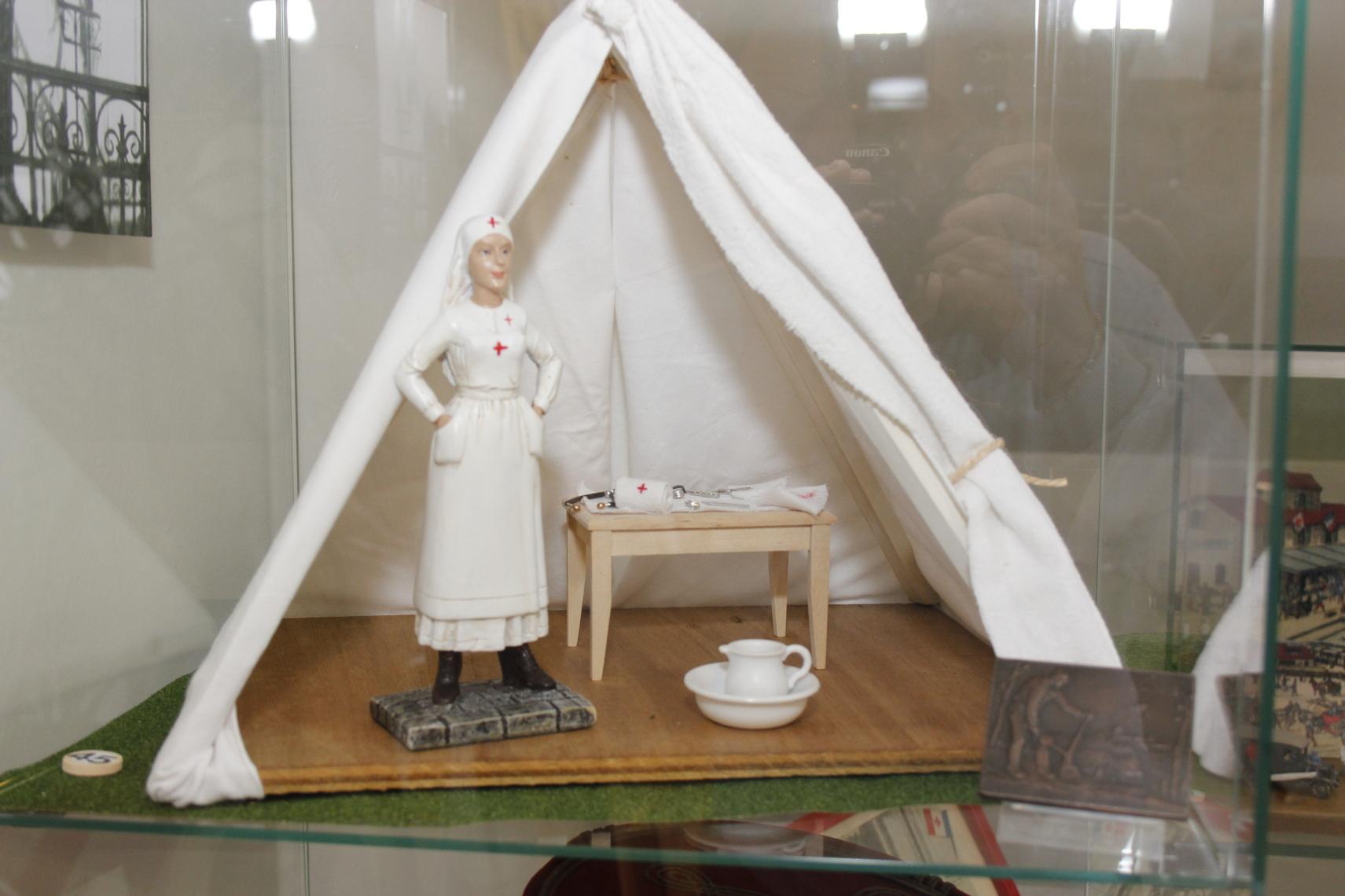 Une infirmière de la Croix Rouge. De nombreuses femmes se sont dévouées pour porter secours et assistance aux innombrables blessés. C'est le cas de Clémence Brunet d'Albens, infirmière major qui traversa la Grande Guerre au service des malades et des blessés.