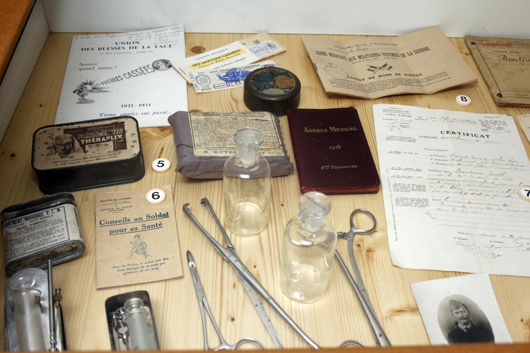 Des pansements, fioles, seringues, pinces chirurgicales mais aussi des documents comme « Conseils au Soldat pour sa santé».