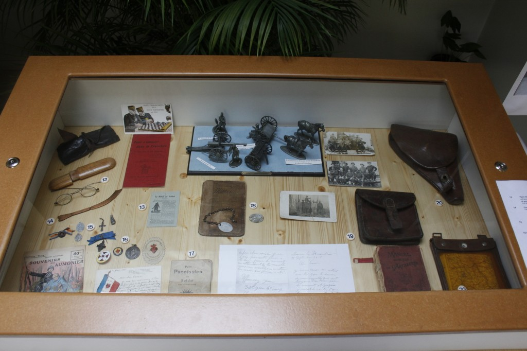Objets et documents se rapportant à la cartographie, l'artillerie (maquette) ou encore la pratique religieuse.